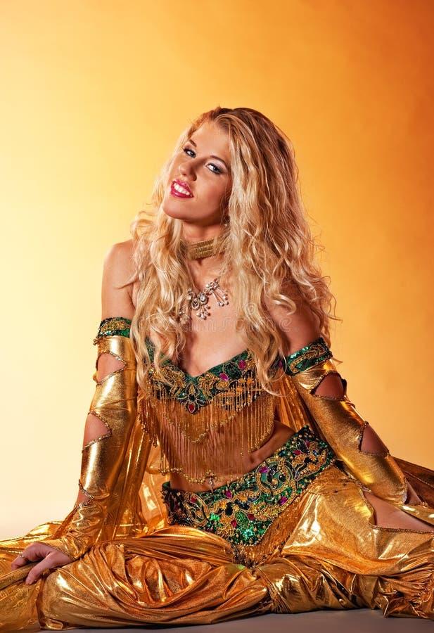Vrouw die Arabische dans uitvoert royalty-vrije stock foto's