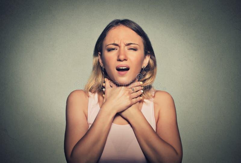 Vrouw die astmaaanval hebben of kan niet adem de versperren royalty-vrije stock foto's
