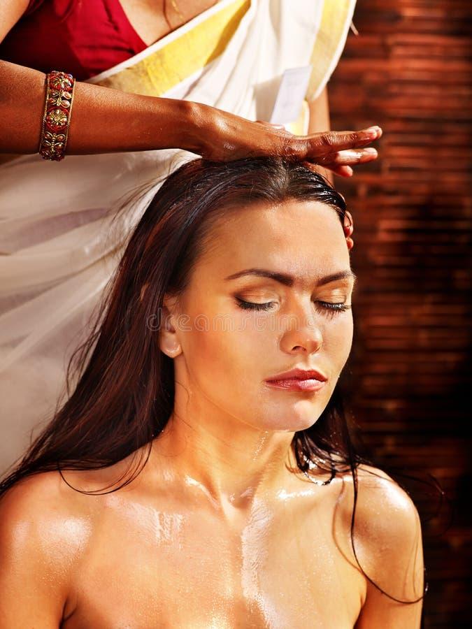 Vrouw die ayurveda spa behandeling hebben royalty-vrije stock foto's