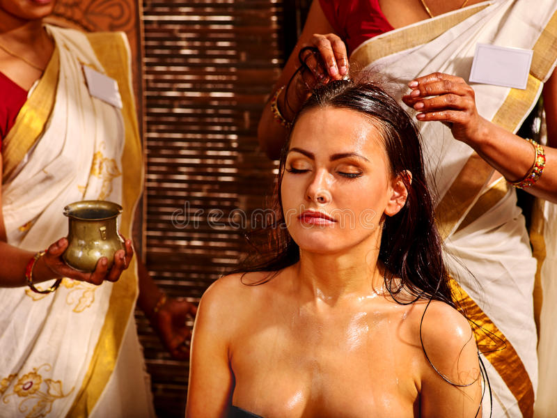 Vrouw die ayurveda spa behandeling hebben royalty-vrije stock foto