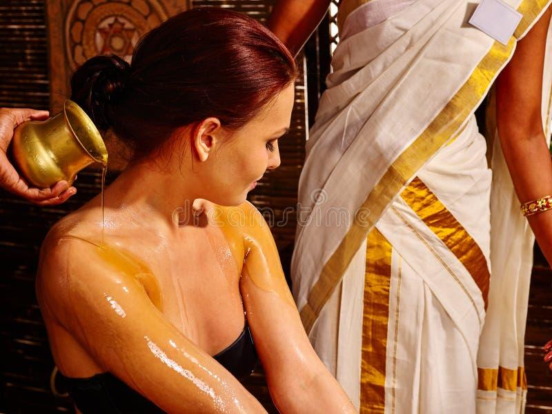 Vrouw die ayurveda spa behandeling hebben stock afbeelding