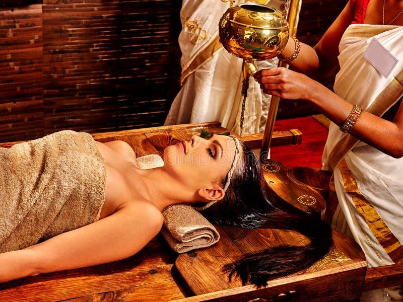 Vrouw die Ayurvedic spa behandeling hebben royalty-vrije stock foto