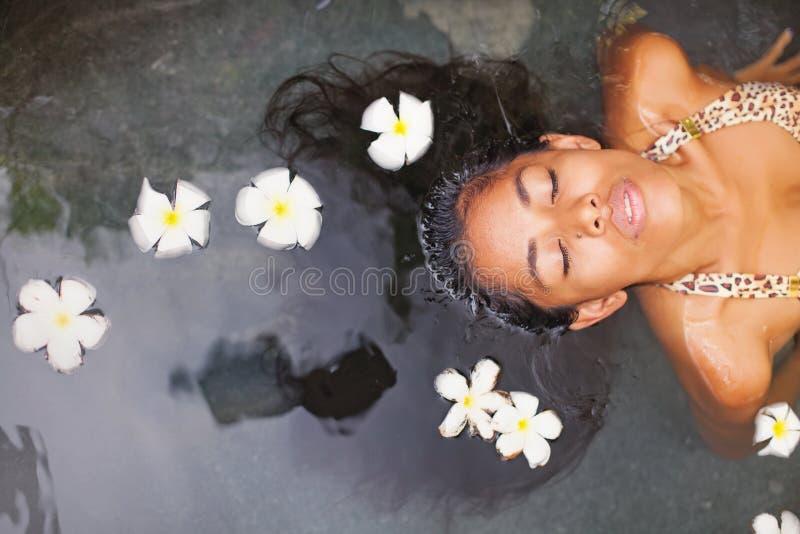 Vrouw die bad in een salon van het luxekuuroord hebben royalty-vrije stock afbeeldingen
