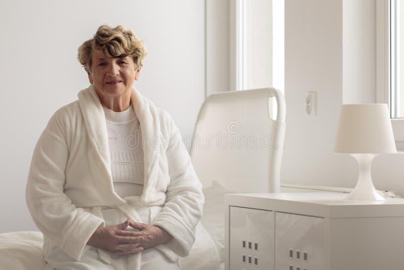Vrouw die badjas in het ziekenhuis dragen royalty-vrije stock afbeeldingen