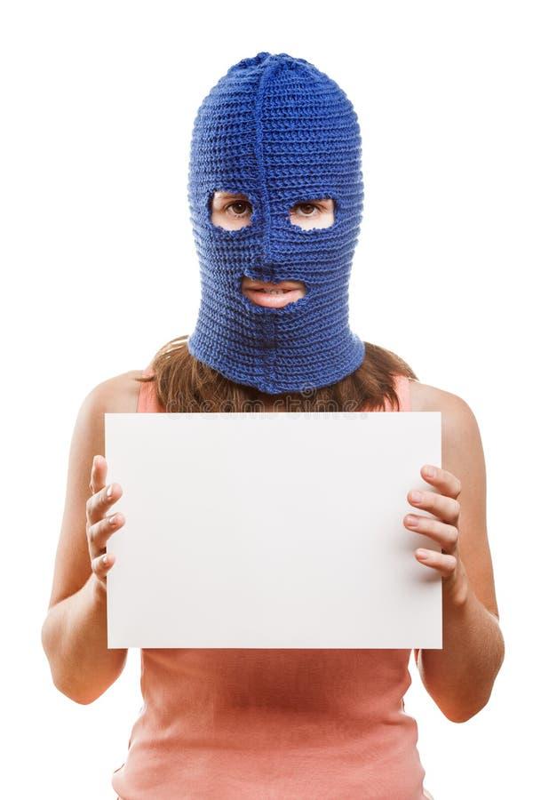 Vrouw die in balaclava lege kaart houdt stock fotografie