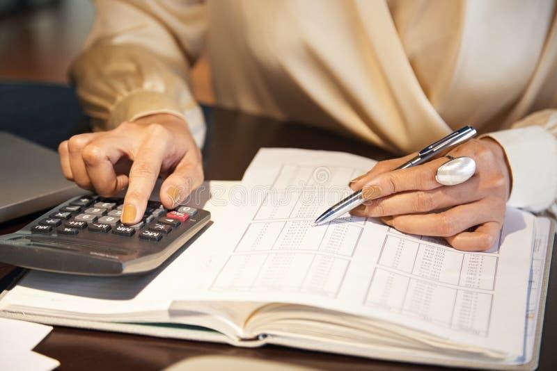 Vrouw die bedrijfsboekhouding doen bij bureau royalty-vrije stock fotografie