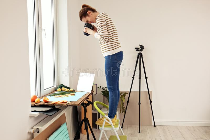 Vrouw die beeld van gesneden vruchten en palmblad nemen stock fotografie