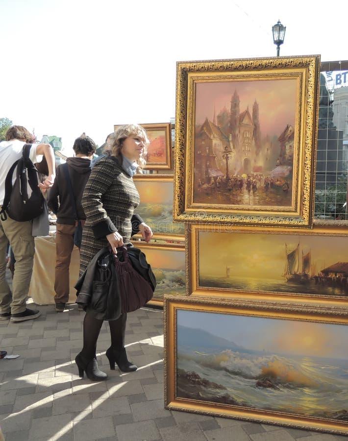 Vrouw die beelden kijken stock foto's