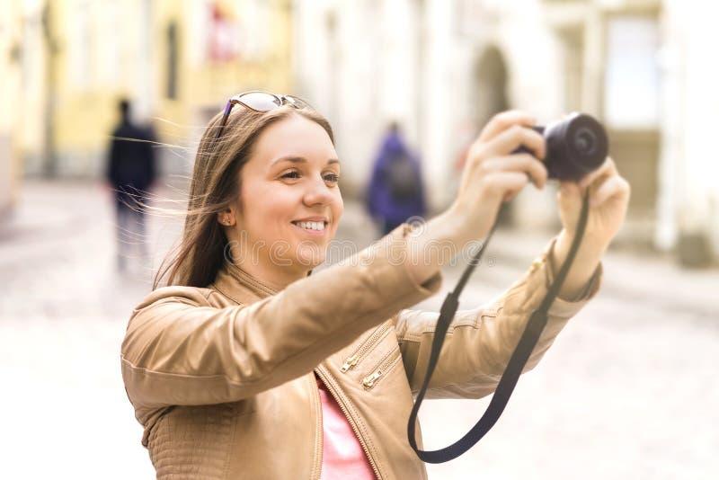 Vrouw die beelden op vakantie nemen Gelukkige vrouwelijke reiziger royalty-vrije stock afbeelding