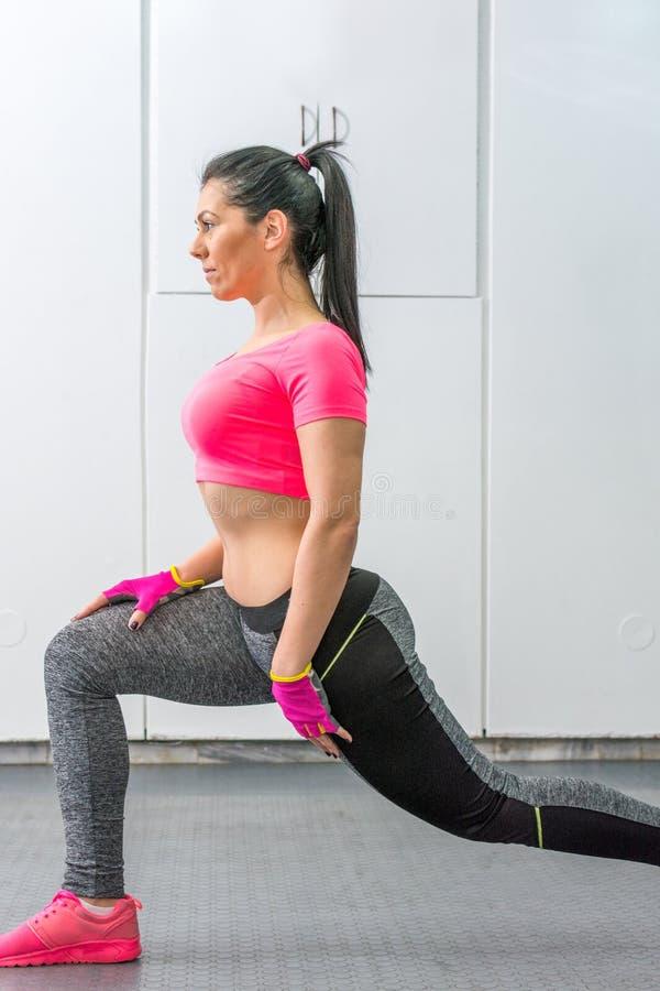 Vrouw die beentraining in de gymnastiek doen stock foto's