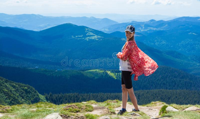 Vrouw die in bergen bij zonnige dag wandelen royalty-vrije stock foto's