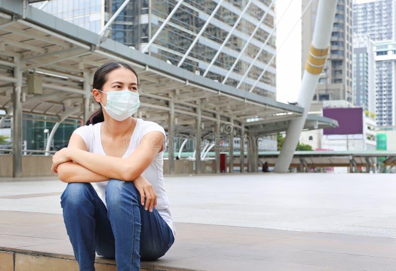 Vrouw die beschermend masker dragen om verontreiniging en de griep te beschermen royalty-vrije stock foto