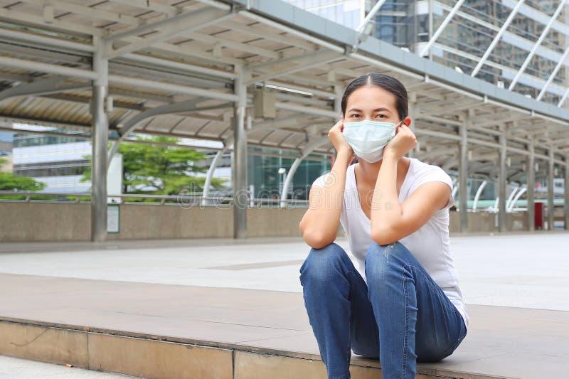 Vrouw die beschermend masker dragen om verontreiniging en de griep te beschermen stock foto