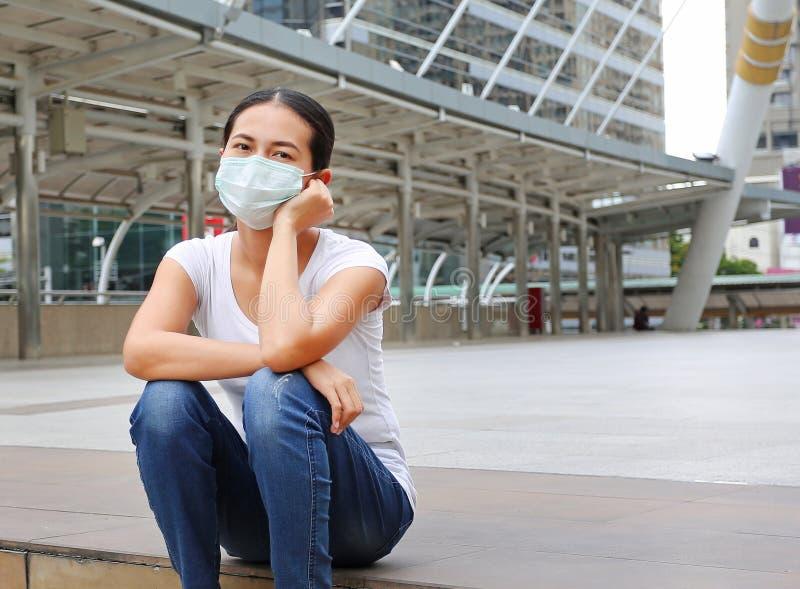 Vrouw die beschermend masker dragen om verontreiniging en de griep te beschermen stock fotografie