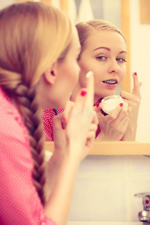 Vrouw die bevochtigende huidroom toepassen Skincare royalty-vrije stock afbeeldingen