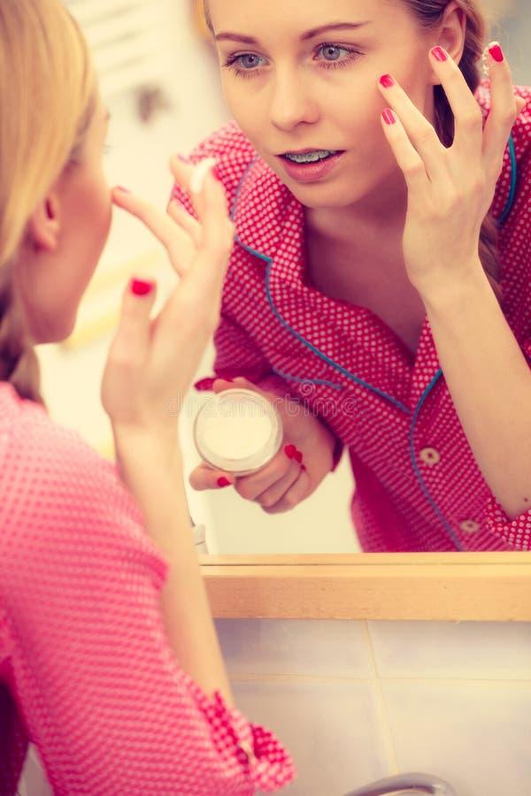 Vrouw die bevochtigende huidroom toepassen Skincare royalty-vrije stock foto