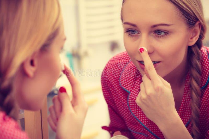 Vrouw die bevochtigende huidroom toepassen Skincare stock fotografie
