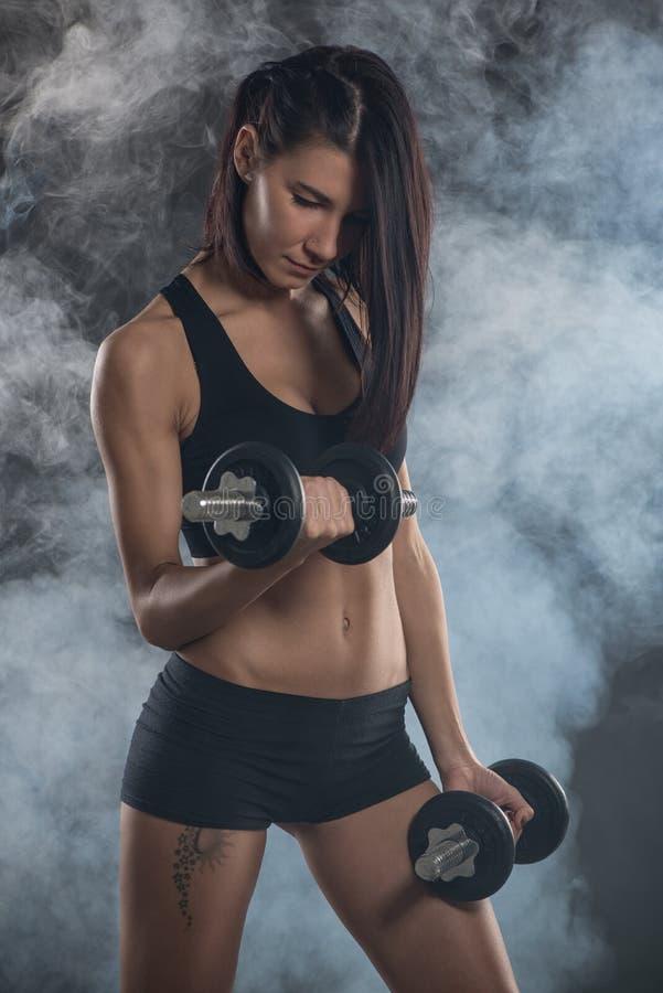 Vrouw die Bicepsenoefening doen royalty-vrije stock fotografie