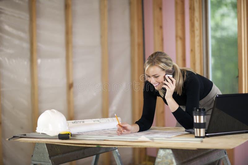 Vrouw die bij Bouwwerf werkt royalty-vrije stock foto