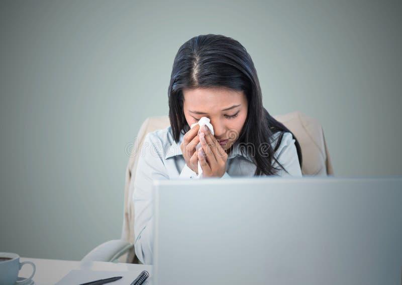 Vrouw die bij computer tegen lichtblauwe achtergrond schreeuwen royalty-vrije stock foto