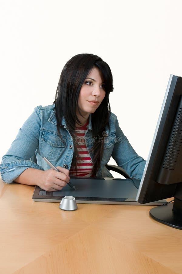 Vrouw die bij computer werkt royalty-vrije stock foto's