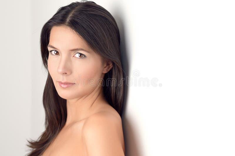 Vrouw die bij de camera glimlacht stock afbeelding
