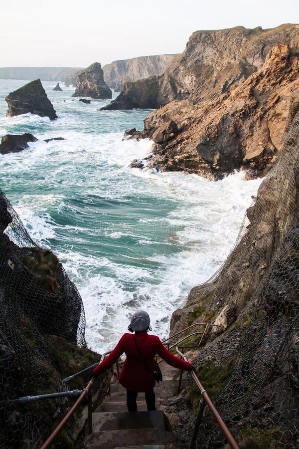 Vrouw die bij de klippen overwegen stock afbeelding