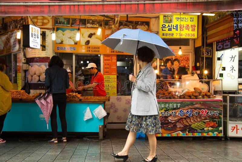 Vrouw die bij de markt in Zuid-Korea winkelen stock afbeeldingen