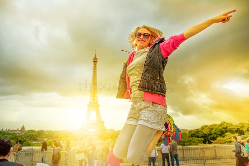 Vrouw die bij de Toren van Eiffel springen royalty-vrije stock foto