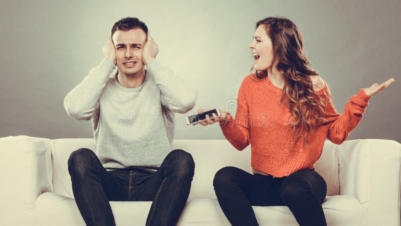 Vrouw die bij echtgenoot schreeuwen Bedriegende mens betrayal royalty-vrije stock foto