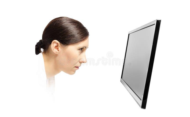 Vrouw die bij een computermonitor staren royalty-vrije stock afbeeldingen