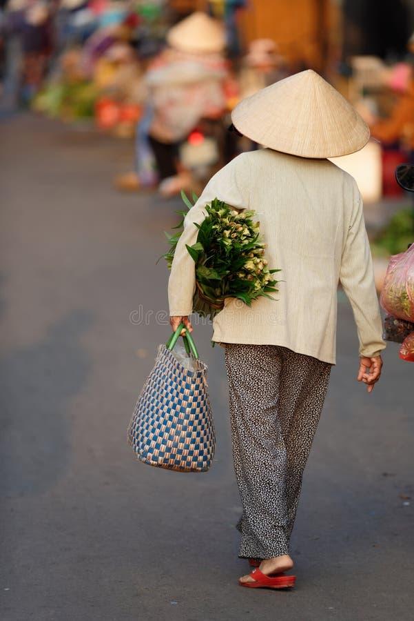 Vrouw die bij een Markt in Hoi An winkelen stock fotografie
