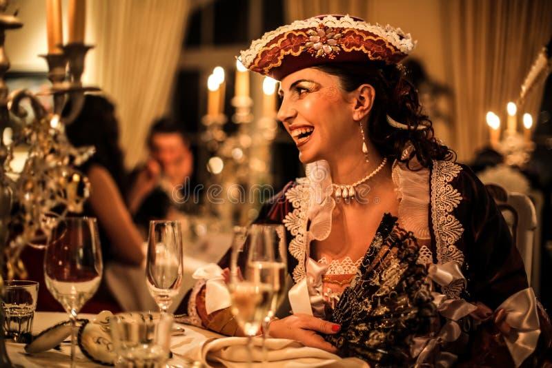 Vrouw die bij een partij lachen stock afbeeldingen