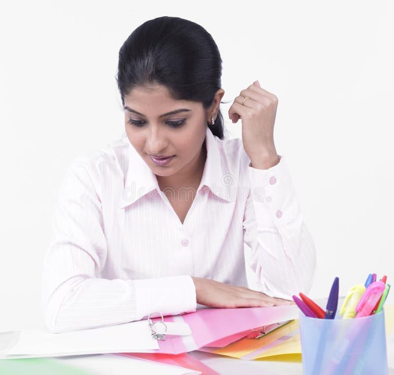 Vrouw Die Bij Haar Bureau Werkt Royalty-vrije Stock Afbeelding