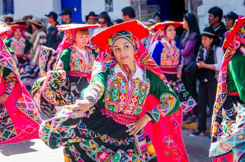 Vrouw die bij het Inti Raymi-festival dansen stock fotografie