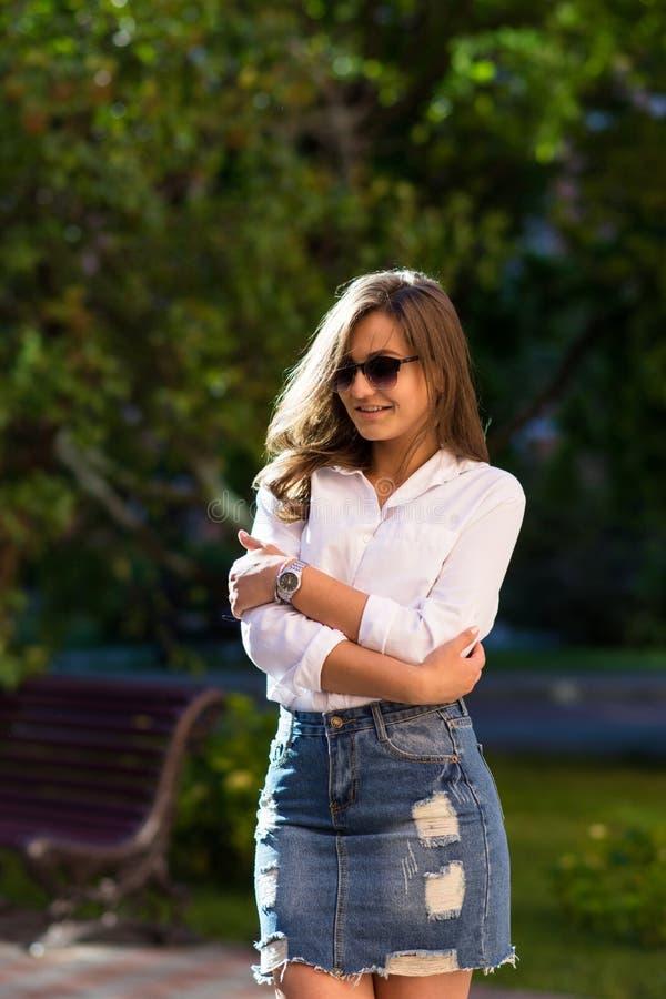 Vrouw die bij het Park rust meisje in zonnebril, openlucht de zomerportret stock fotografie