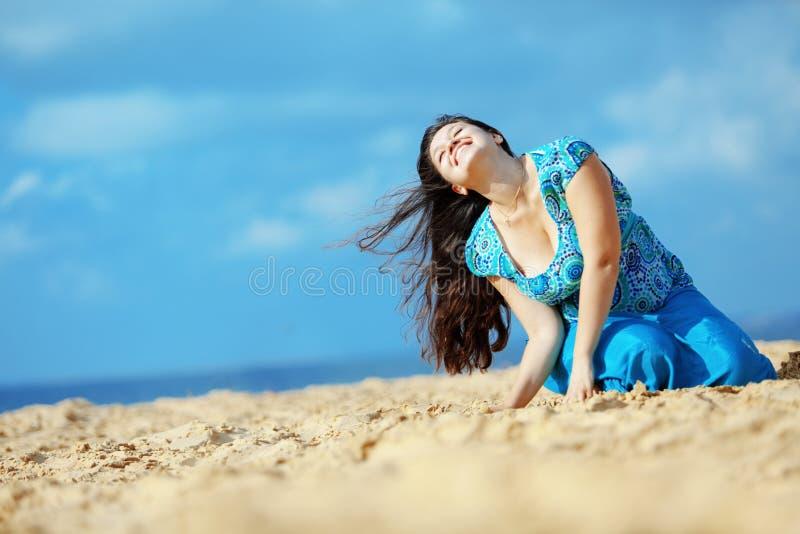 Vrouw die bij het strand rust royalty-vrije stock fotografie