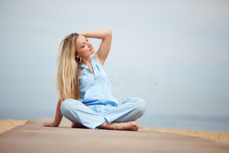 Vrouw die bij het strand rust stock fotografie