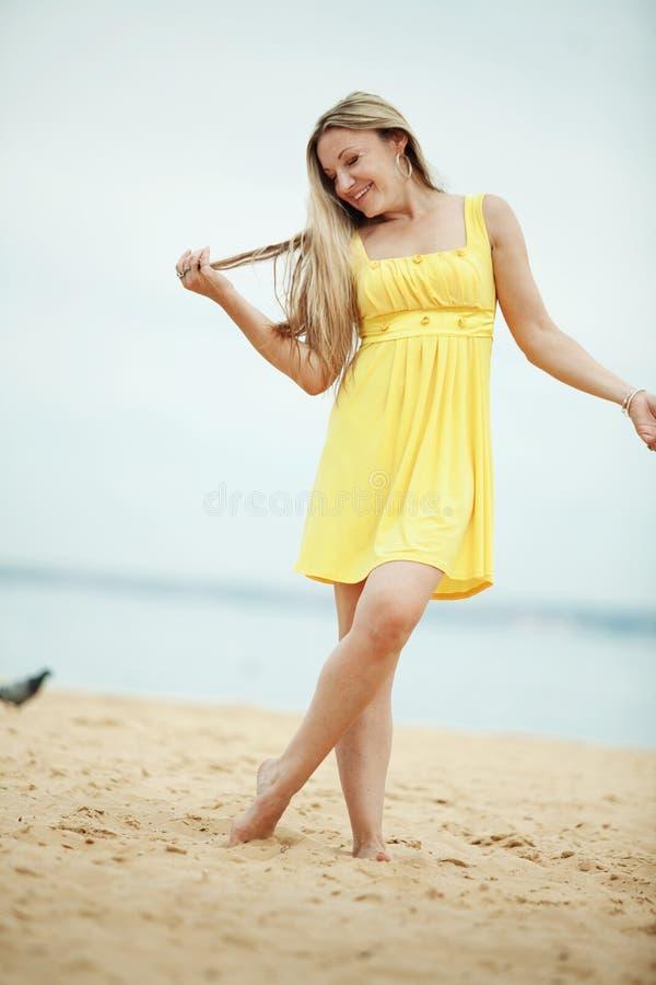 Vrouw die bij het strand rust stock afbeeldingen