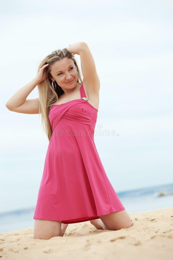 Vrouw die bij het strand rust stock foto's
