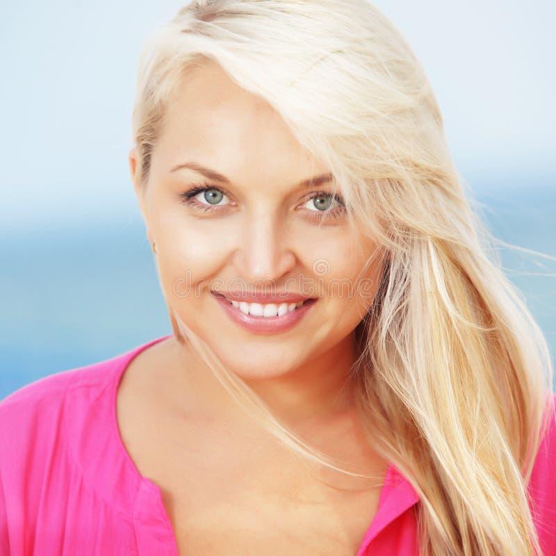 Vrouw die bij het strand rust royalty-vrije stock foto's
