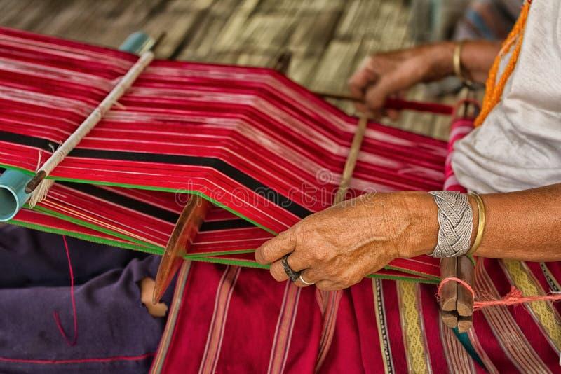 Vrouw die bij het weefgetouw werkt royalty-vrije stock foto's