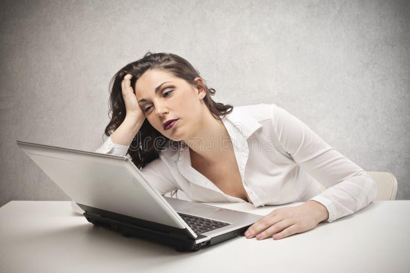 Vrouw die bij laptop staren stock foto