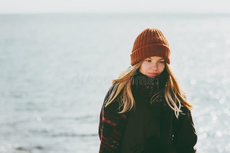 Vrouw die bij overzeese van het de winterstrand koude openlucht seizoengebonden melancholische Levensstijl lopen royalty-vrije stock afbeeldingen