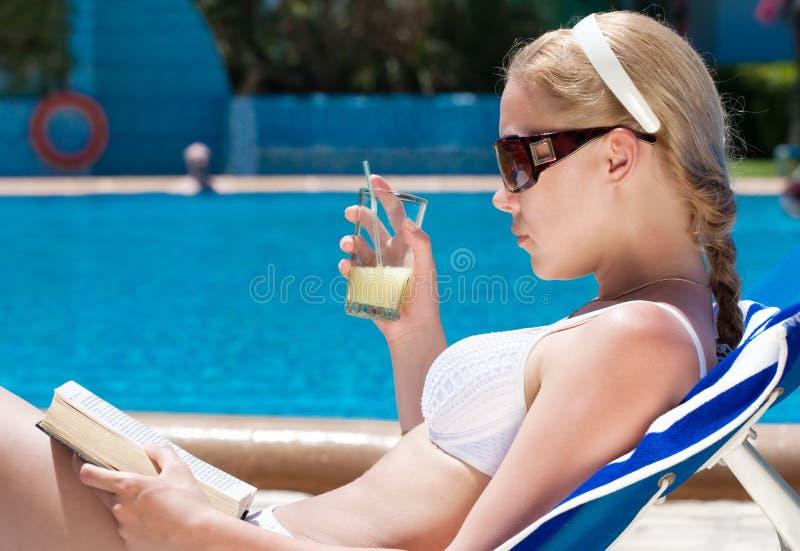 Vrouw die bij pool rust royalty-vrije stock afbeeldingen