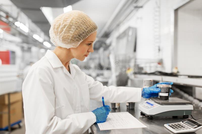 Vrouw die bij roomijsfabriek werken royalty-vrije stock foto