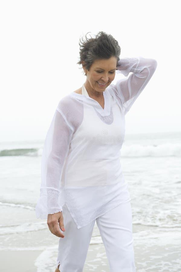 Vrouw die bij Strand lopen royalty-vrije stock afbeelding
