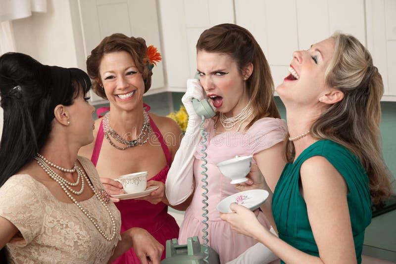 Vrouw die bij Vriend op Telefoon lacht stock afbeelding
