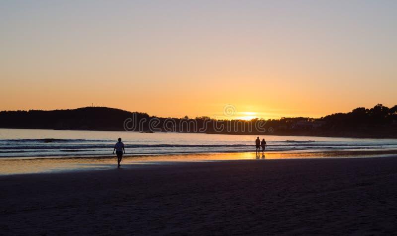 Vrouw die bij zonsondergang op het strand van La Lanzada, o-Bosje, Pontevedra, Galicië, Spanje lopen Geen mensen stock foto's