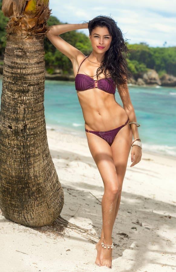 Vrouw die in bikini bij tropische reistoevlucht zonnebaadt royalty-vrije stock foto